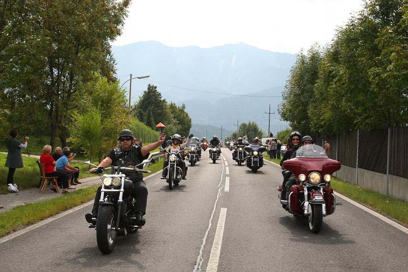 Hans Grieb (rechts) auf seiner Harley Davidson