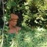 Terracotta-Kopf im Garten von Poggio Ventoso - Foto © Maibritt Olsen